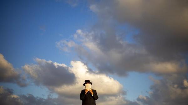 Dalam upacara Tashlich, orang-orang Yahudi pergi ke genangan air besar dan secara simbolis membuang dosa-dosa dengan melemparkan sepotong roti atau makanan serupa ke dalam air. AP Photo/Ariel Schalit