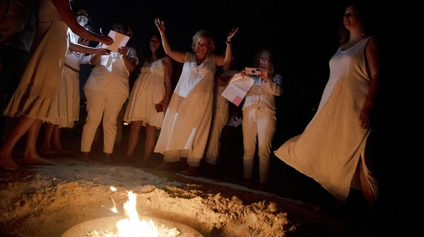 Kaum Yahudi Ultra-Ortodoks biasanya menuliskan komitmen untuk satu tahun depan. AP Photo/Maya Alleruzzo