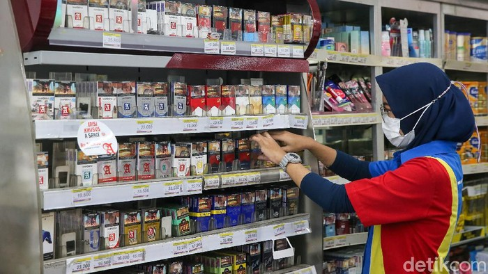 Sejumlah minimarket di DKI Jakarta mulai menutupi pajangan produk rokok. Namun ada juga yang tetap membuka displaynya di tengah pro-kontra larangan memajang bungkus rokok.