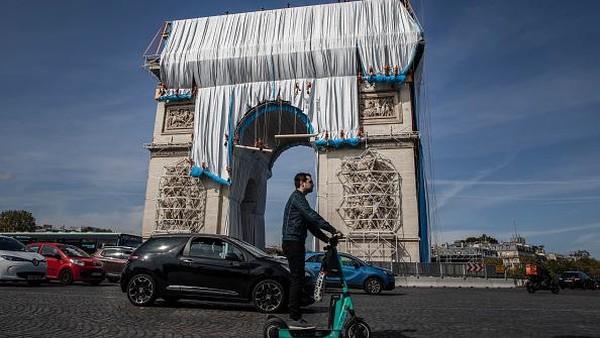 Mengutip Travel+Leisure, Rabu (15/9/2021), sebuah kreasi terakhir mendiang seniman Christo, Arc de Triomphe ditutupi kain biru keperakan seluas sekitar 25.000 meter persegi dan tali merah sepanjang 3.000 meter. Butuh waktu hampir 12 minggu untuk menyelesaikannya.