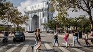 Kala Monumen Ikonik Paris Diselimuti Kain Perak