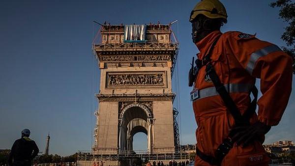 Mereka sudah berencana membungkus Arc de Triomphe dengan kain sejak tahun 60-an saat mereka tinggal di dekat monumen tersebut. Namun Christo meninggal pada Mei 2020.