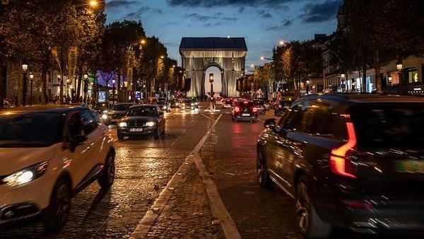 Arc de Triomphe bukanlah karya besar pertama Christo di Paris. Pada tahun 1985, dia juga pernah membungkus jembatan Pont Neuf dengan kain kuning.