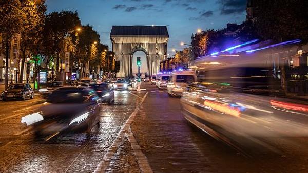 Bagi wisatawan yang tak bisa datang ke Paris untuk melihat Wrapped secara langsung bisa melihatnya melalui streaming di YouTube.