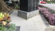 Meski Ada Tiang Iklan di Trotoar SCBD, Ada Ruang Belok untuk Pedestrian