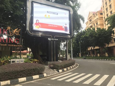 Papan iklan di SCBD Jakarta Selatan, halangi trotoar.