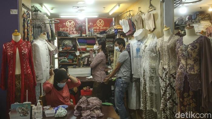 PPKM level 3 di Jakarta membuat aktivitas di sejumlah pusat perbelanjaan kembali bergeliat. Salah satunya di Pasar Mayestik.