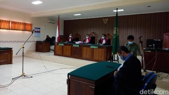 Pembunuh 4 orang sekeluarga pemilik Padepokan Seni Ongko Joyo Rembang, Sumani (44), dituntut hukuman mati, Rabu (15/9/2021).