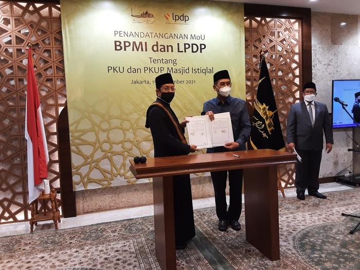 Penandatanganan MoU BPMI dan LPDP untuk penyelenggaraan pendidikan setara S2 dan S3 untuk kader ulama dan kader ulama perempuan dengan beasiswa LPDP di Masjid Istiqlal, Rabu (15/9/2021).