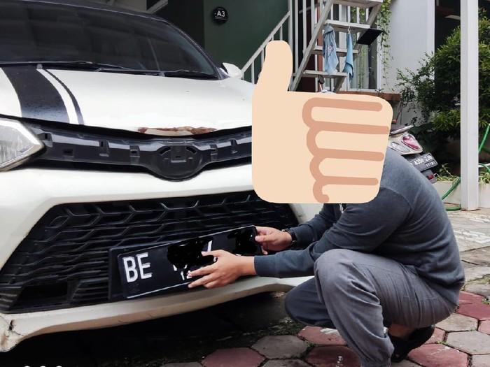 Pengendara Mobil pengguna pelat nomor putih tulisan hitam, kembali menggunakan pelat nomor standar.