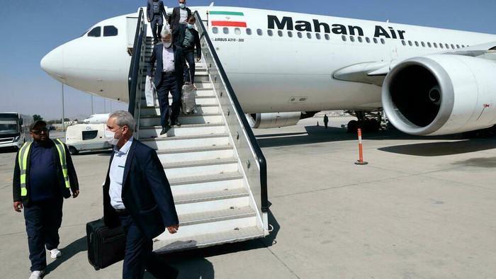Passengers get off a Mahan Air flight at the airport in Kabul on September 15 (Karim SAHIB/AFP)
