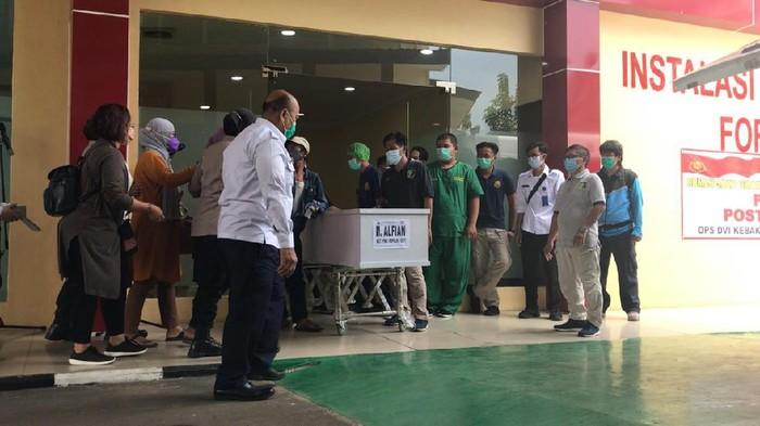 Penyerahan jenazah korban kebakaran Lapas Tangerang ke keluarga di gedung Instalasi Jenazah RS Polri, Jakarta Timur, Rabu (15/9/2021).
