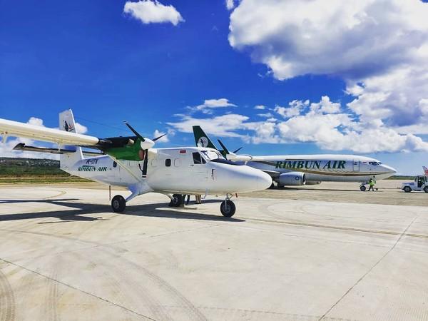Rimbun Air melayani penumpang dengan armada Boeing 737 Freighter dan DHC 6 - 400 Twin Otter.