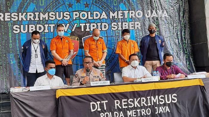 Polda Metro Jaya menangkap 2 WNA dan 1 WNI terkait pembobolan ATM modus skimming