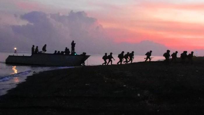 Prajurit Pasmar 2 Korps Marinir TNI AL menggelar latihan di pantai Banongan Asembagus, Situbondo, Jawa Timur. Ini dia foto-fotonya.