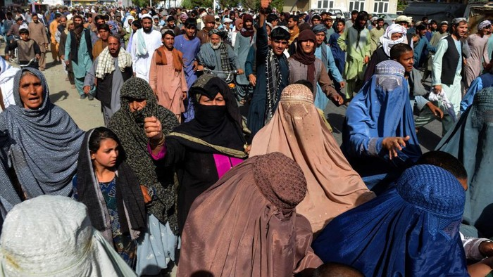 Local residents take part in a protest march against a reported announcement by the Taliban, asking them to evict their homes built on state-owned land in Kandahar on September 14, 2021. (Photo by Javed TANVEER / AFP)