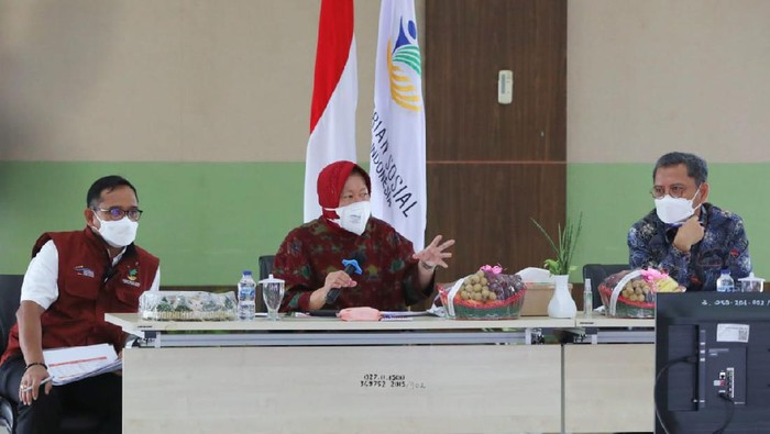 Mensos Risma rapat terkait pendistribusian bansos di Kalsel, di BBPPKS, Banjarbaru, Rabu (15/9/2021).