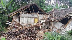 Rumah Warga di Ciamis Ambruk Diterjang Hujan Deras
