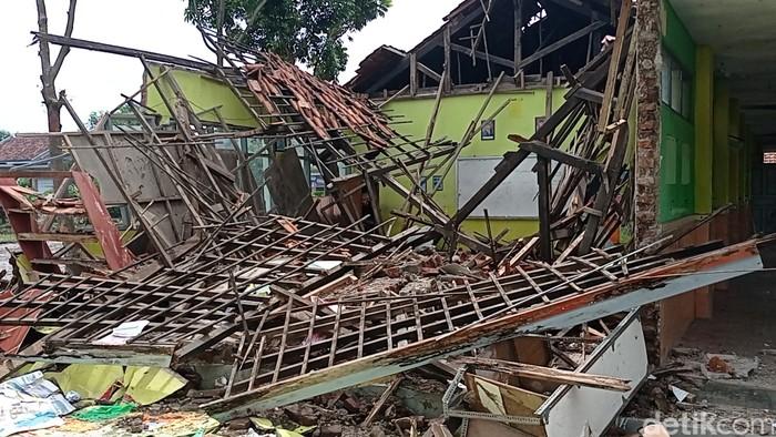 Salah satu ruang kelas di SDN 2 Cengkoak Cirebon ambruk.