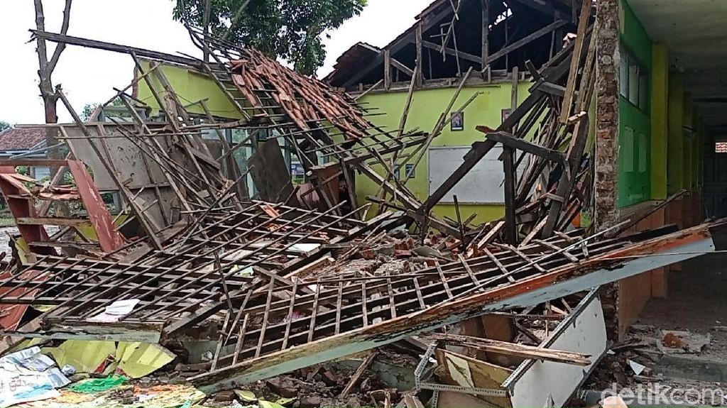 Disdik Janji Segera Perbaiki Kelas SDN 2 Cangkoak Cirebon yang Ambruk