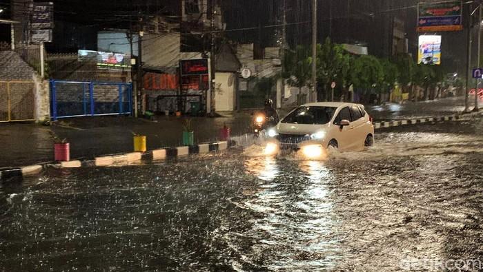 Hujan deras di Kota Surabaya sejak sore sekitar pukul 17.00 WIB, menyebabkan sejumlah wilayah tergenang air. Pantauan detikcom di Jalan Margorejo Indah pada Selasa (14/9/2021) pukul 22.00 WIB, genangan air mencapai lutut orang dewasa. Sejumlah kendaraan roda dua yang memaksa menerjang banjir akhirnya mogok.