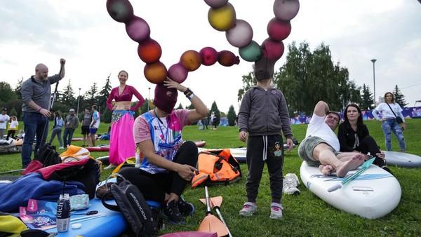 Banyak warga yang terhibur dengan aneka kostum di festival SUP.
