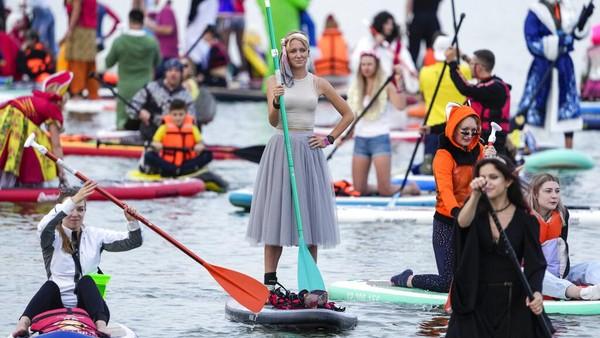 Festival SUP disemarakkan oleh peserta yang mengenakan kostum meriah.