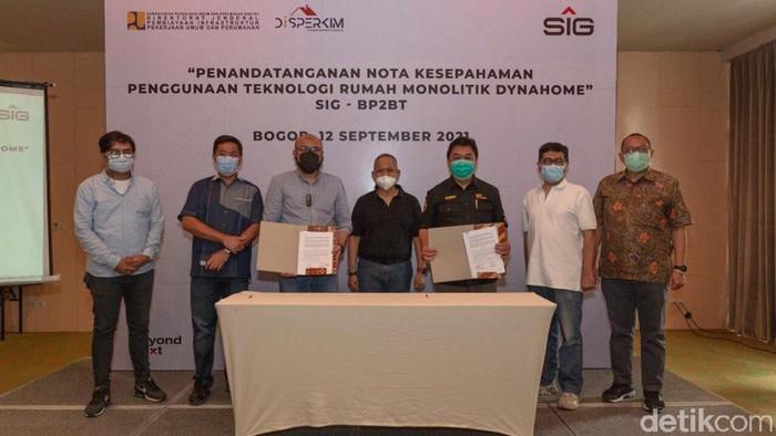 Ketua Tim Fasilitasi BP2BT Sumatera Selatan, J Riantony (empat dari kiri) mengunjungi rumah contoh yang Menggunakan konstruksi Dynahome