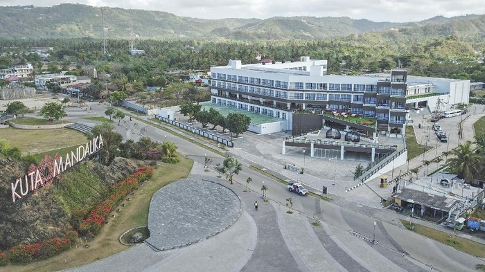 Foto udara kompleks salah satu hotel di Kuta Beach Park the Mandalika, Praya, Lombok Tengah, NTB, Selasa (14/9/2021). Di kawasan lingkar sirkuit Mandalika terdapat sejumlah penginapan berbagai tipe mulai dari tipe penginapan yang murah berjenis homestay dengan tarif berkisar mulai Rp55 ribu hingga Rp700 ribuan per malam dan tipe penginapan yang premium seperti hotel-hotel berbintang dengan kisaran tarif lebih mahal mulai dari Rp800 ribuan hingga Rp3 jutaan per malamnya. ANTARA FOTO/Ahmad Subaidi/aww.