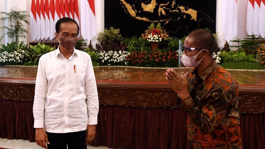Potret Suroto: Bentangkan Poster, Diciduk lalu Diundang Jokowi