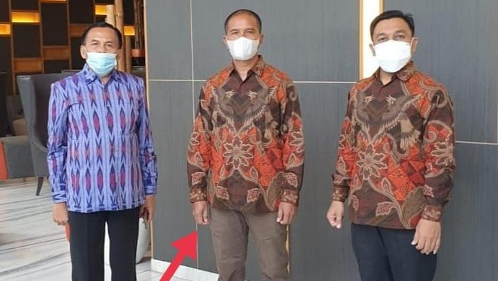 Suroto, Peternak Blitar yang diamankan polisi saat kedatangan Jokowi bernasib mujur. Berkat kenekatannya membentangkan poster, dia diundang ke Istana Kepresidenan.
