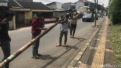 Pencabutan Tiang-tiang Makan Jalan di Ciputat Timur Berlanjut