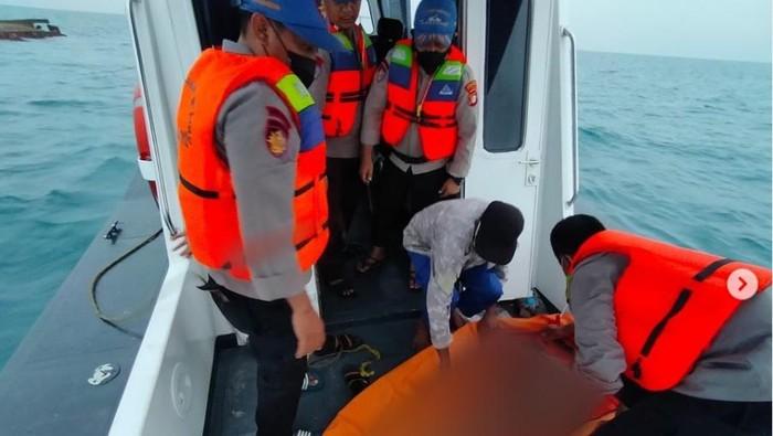 Tim SAR gabungan menemukan 1 korban tewas dan menyelamatkan 6 korban selamat KM Elang yang terbalik di Pulau Damar, Kepulauan Seribu
