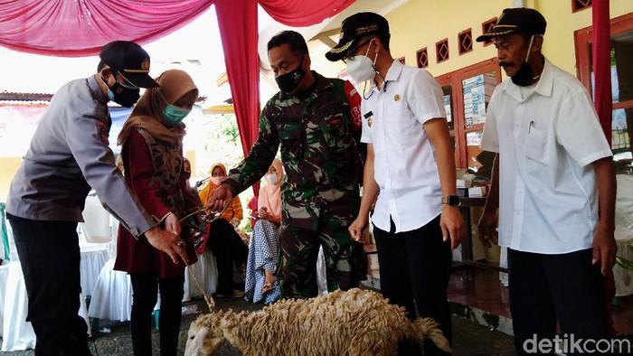 Program vaksinasi dengan cara unik digelar di Desa Serayularangan, Mrebet, Purbalingga, Jateng. Pemerintah desa menyediakan hadiah menarik, salah satunya kambing.