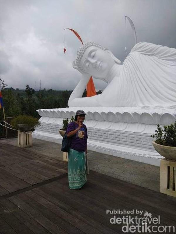 Bali juga punya vihara bernama Vihara Dharma Giri. Di sana ada patung Buddha berukuran besar dengan posisi tidur. ( Lena Ellitan/dTraveler)