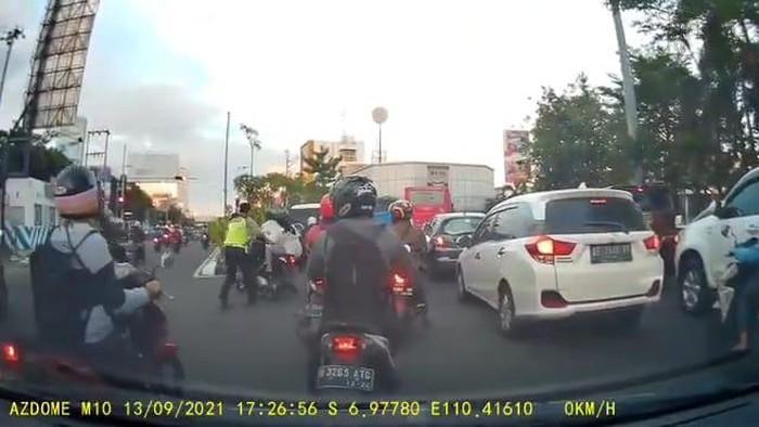 Viral pemotor jatuh saat dihentikan paksa polisi Semarang