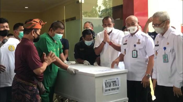 Wamenkumham Eddy Hiraej menyerahkan jenazah i Wayan Tirta, korban kebakaran Lapas Tangerang ke keluarga, Rabu (15/9/2021).