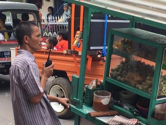 5 Penjual Makanan Ini Nenteng HT, Netizen Curigai Intel