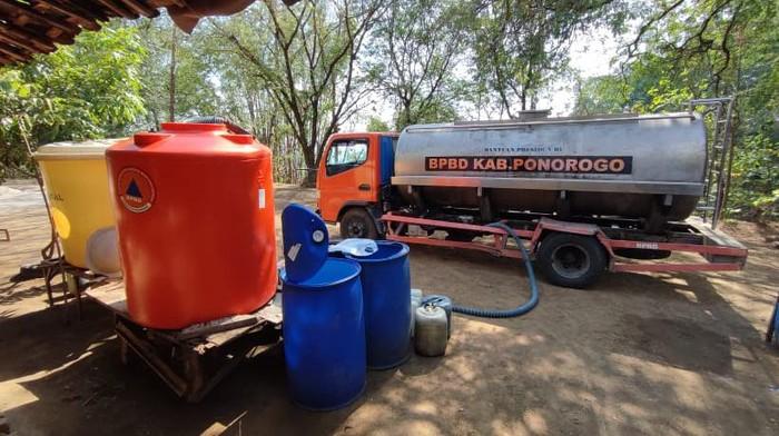 BPBD Ponorogo melakukan droping air bersih untuk warga di area yang dilanda kekeringan. Dikeatahui, BPBD akan rutin kirimkan air bersih untuk cegah kekeringan.