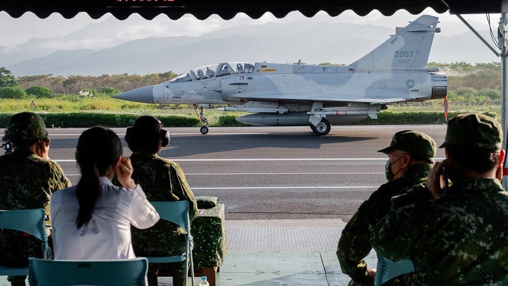 Bersiap Hadapi China, Ini Alasan Taiwan Latihan Jet Tempur di Jalan Raya