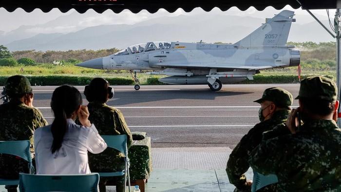 Taiwan gelar latihan militer tahunan yang juga jadi simulasi menghadapi invasi China. Dalam latihan itu jet tempur Taiwan mendarat di jalan raya. Kok bisa?