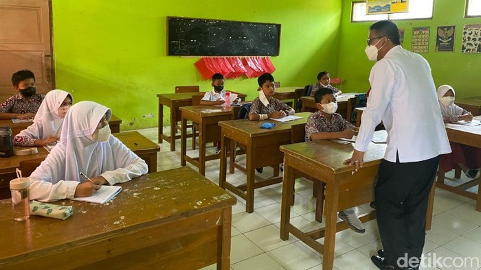 Bupati Ciamis Herdiat Sunarya sidak PTM di sejumlah sekolah.