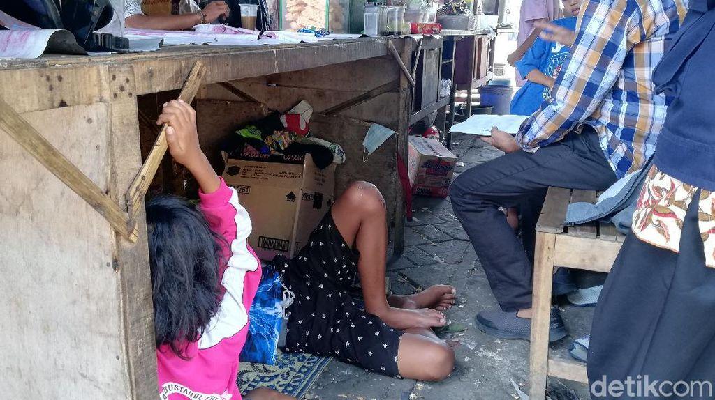 Pasutri-7 Anak Tinggal di Kolong Angkringan Setelah Diusir dari Kontrakan