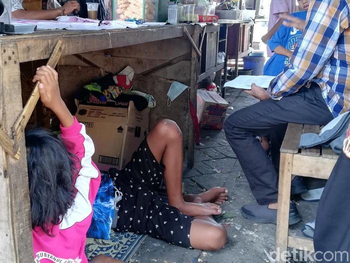 Cahyo dan Wiwin terpaksa mengajak 9 anaknya tidur di warung hik miliknya karena diusir dari kontrakan.
