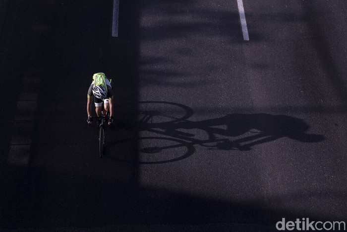 A cyclist rides on a car-free highway, during the Jewish holiday of Yom Kippur in Tel Aviv, Israel, Thursday, Sept. 16, 2021. Israelis are marking Yom Kippur, or 'Day of Atonement,' which is the holiest of Jewish holidays when observant Jews atone for the sins of the past year and the Israeli nation comes to almost a complete standstill. Many residents take bicycles onto the streets as no traffic is permitted on the roads. (AP Photo/Oded Balilty)