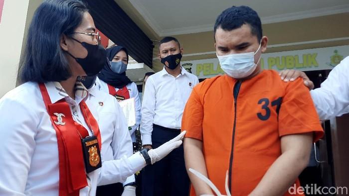 Pengasuh pondok pesantren di Sumatera Selatan ditangkap karena melakukan pencabulan dan sodomi. Diketahui belasan santri jadi korban aksi tak bermoral pria itu.