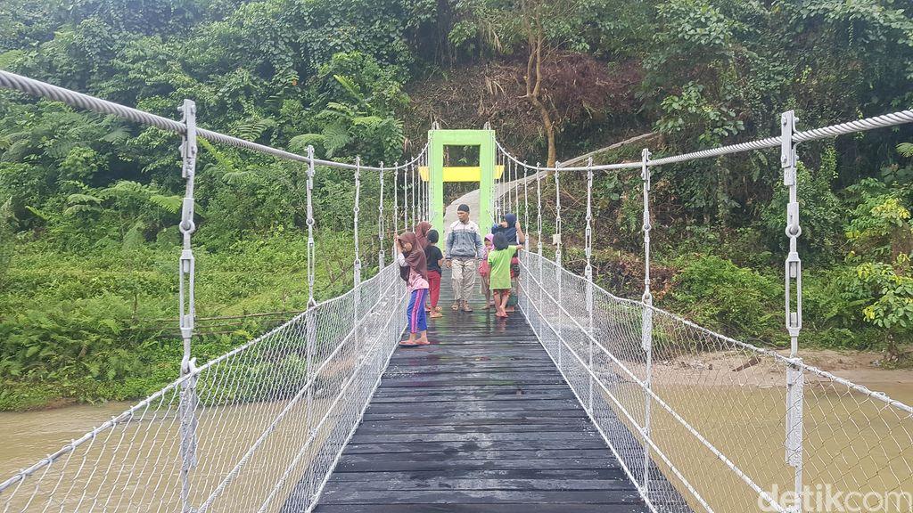 Jembatan gantung di Mamasa sudah selesai diperbaiki. 15 September 2021. (Abdy Febriady/detikcom)