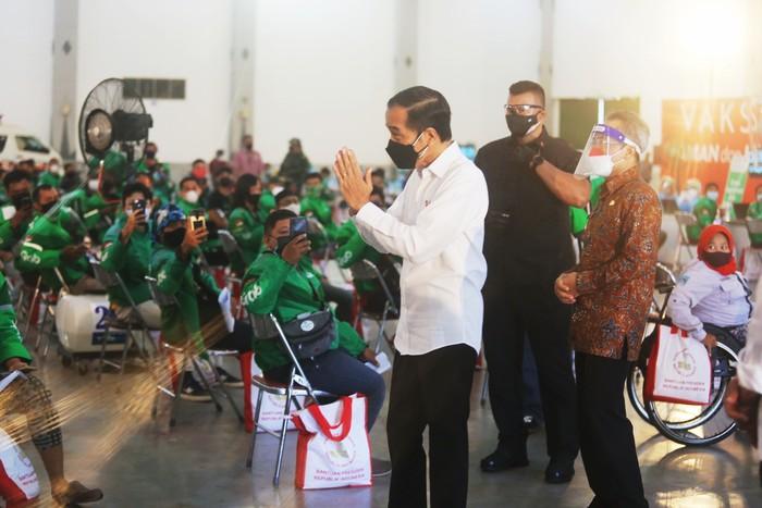 Jokowi pantau vaksinasi Grab