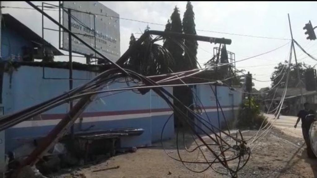 Kabel Menjuntai Disambar Truk di Tangsel, Tiang Nyaris Roboh