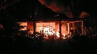 Dramatisnya Penyelamatan Seorang Nenek dari Kepungan Api yang Bakar Rumahnya
